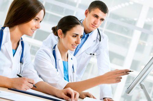 three-doctors-looking-computer-screen_85829212